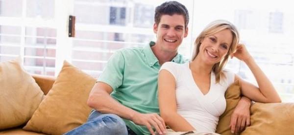 8 أسباب توقع الرجل في حب المرأة الأكبر سناً