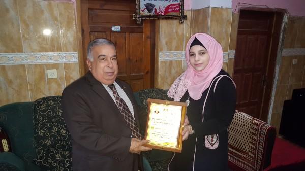 محافظ خان يونس يكرم الاولى على فلسطين بالثانوية العامة