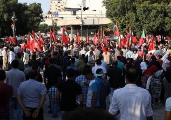 الشعبية تُنظم وقفة احتجاجاً على استمرار الإجراءات بغزة