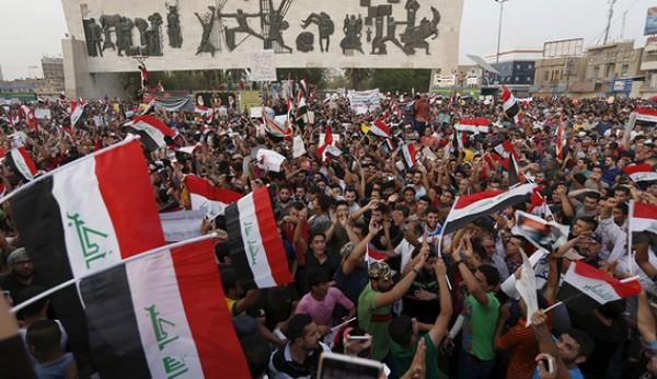 شاهد: مدرعة عسكرية تحاول دهس متظاهرين في العراق