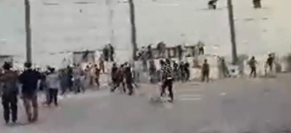 شاهد: لحظة وصول المتظاهرين لبوابة معبر كارني الإسرائيلي شرق غزة