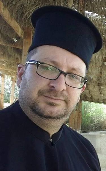 الكاهن الأردني (محمد) يثير الجدل.. وهذا مايتعرض له بسبب اسمه