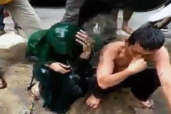 طريقة عجيبة صادمة لمعاقبة متهمين بالزنا في إندونيسيا