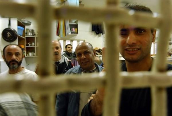 عام 1983.. الأسرى يقهرون السجان الإسرائيلي بسجن أنصار وسط غزة