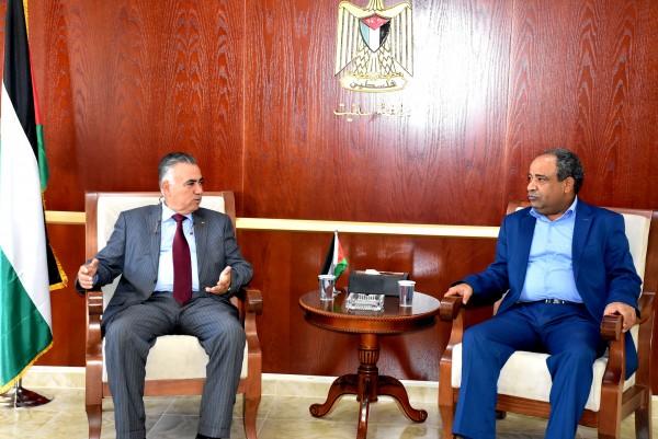 محافظ سلفيت يلتقي وزير الحكم المحلي الاعرج  ويبحث معه عدة قضايا
