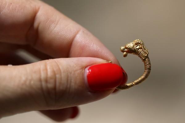 شاهد: اكتشاف قرط ذهبي في القدس يعود تاريخه لـ 2000 عام
