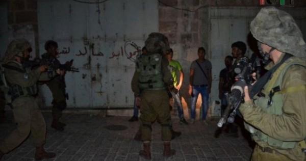 الاحتلال يسلّم بلاغات لعدد من الشبان في مخيم العروب