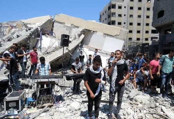 شاهد: فنانون من غزة يصدحون بأنغام (موطني) على أنقاض مؤسسة المسحال