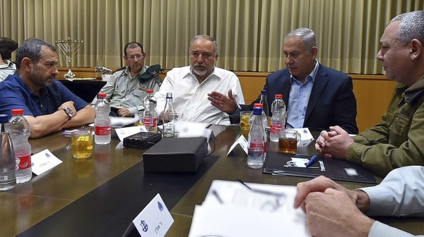 """خلال جلسة """"كابينت"""".. خلاف كبير حدث ما بين نتنياهو وليبرمان بشأن غزة"""