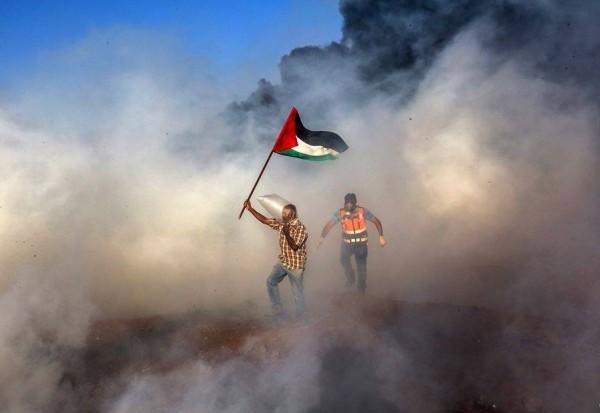 """شهيدان أحدهما مسعف وإصابة أكثر من 300 برصاص الاحتلال في جمعة """"الحرية والحياة لغزة"""""""