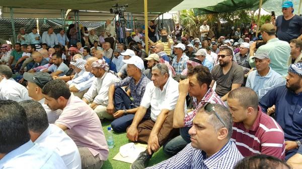 مئات المواطنين يؤدون صلاة الجمعة في قرية الخان الأحمر