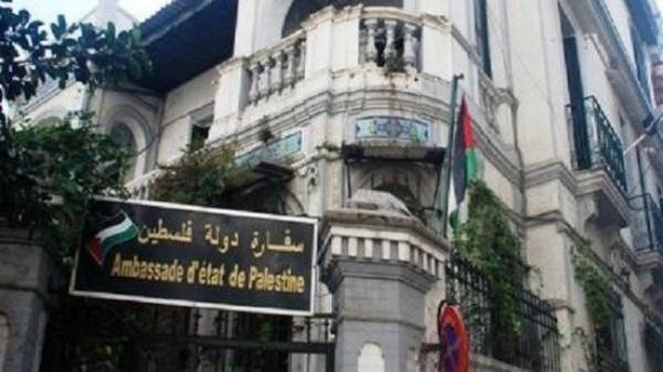 سفارة فلسطين بالقاهرة توزع وجبات الطعام والمياه على العالقين على بوابة معبر رفح