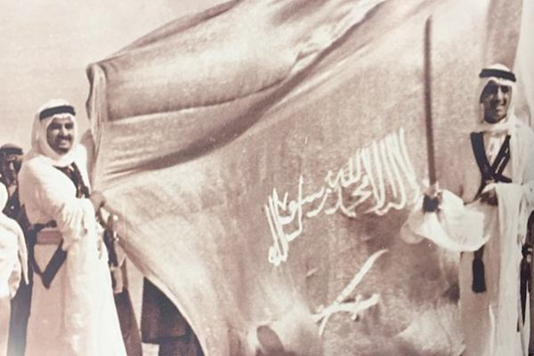شاهد: صورة نادرة للملكين سلمان وفهد يوم تولي الملك سعود الحكم