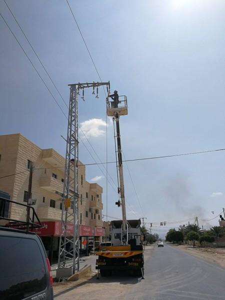 كهرباء القدس تركب محطة كهربائية معلقة لتزويد مدرسة الأمل التيار الكهربائي بأريحا
