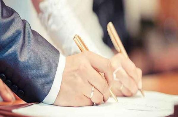 إمرأة أخفت عمرها الحقيقي عن زوجها.. فما حكم عقد الزواج؟