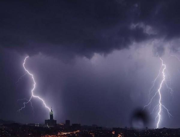 شاهد: مشهد مَهيب.. البرق يُضيء سماء المسجد الحرام بمكة المكرمة