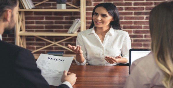 لا تفعلي هذا الأمر الشائع خلال مقابلة العمل لتحصلي على وظيفة الأحلام