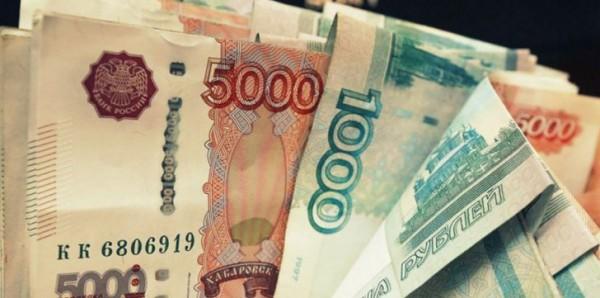 لأول مرة منذ عامين.. الدولار يتخطى عتبة 70 روبلًا