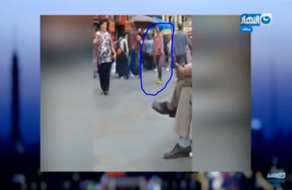 انعكست الآية.. رصد فيديو لفتاة عشرينية تتحرش بالشباب وسط القاهرة