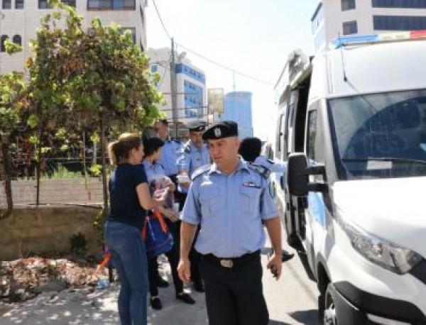 الشرطة وبالشراكة مع حركة فتح  توزع حقائب مدرسية على الطلاب والطالبات