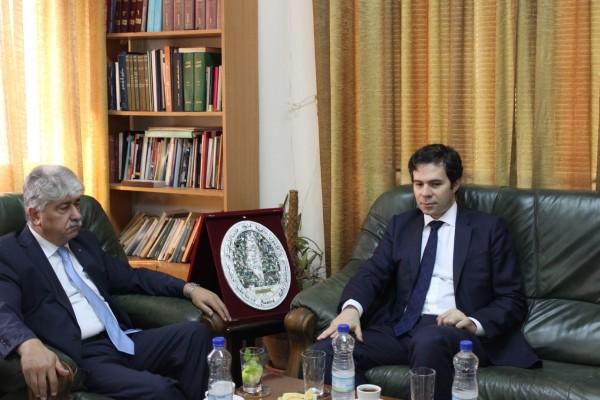 مجدلاني يطلع القنصل اليوناني على اخر المستجدات السياسية والميدانية في الارض الفلسطينية