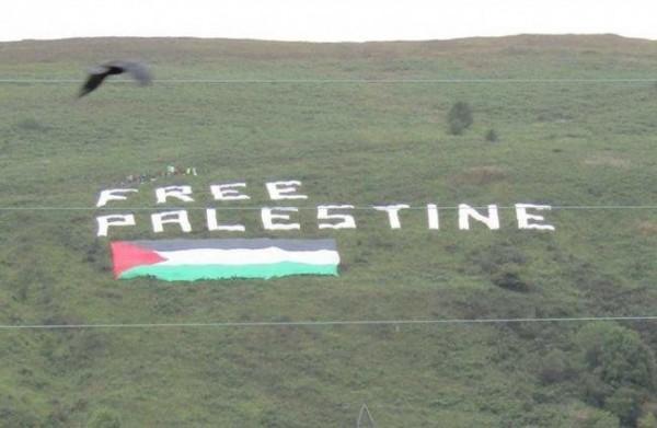 شاهد: إيرلنديون يرفعون علم فلسطين على قمة جبل شمال إيرلندا