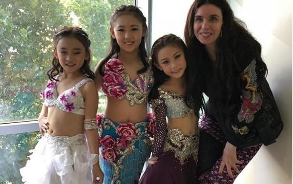 """دينا تعلّم الأطفال الرقص الشرقي والجمهور """"يتحسبن"""" عليها"""