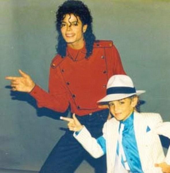فضيحة جنسية مدوية لمايكل جاكسون.. راقص شهير: كان يغتصبني بهذه الطريقة