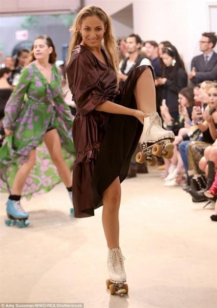 عرض أزياء مبتكر.. عارضات يرقصن بالأحذية ذات العجلات