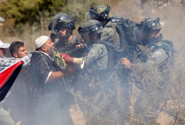 صور: إصابة مواطنين بعد قمع الاحتلال الاعتصام الأسبوعي في رأس كركر برام الله