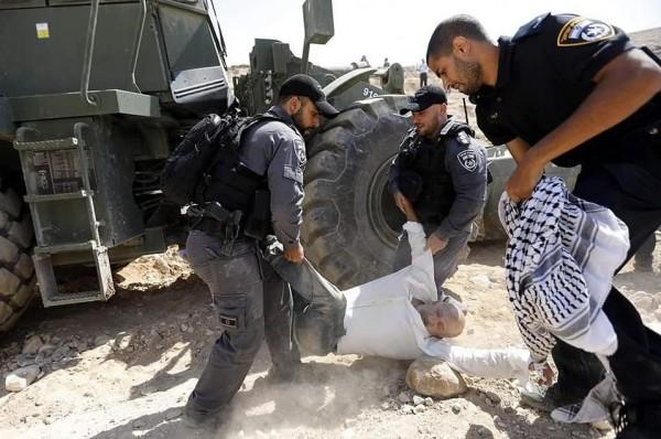 صور: قوات الاحتلال تشرع باغلاق الطرق المؤدية للخان الأحمر وتعتدي على المواطنين بالضرب
