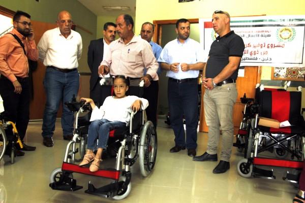 هيئة الأعمال الخيرية وجمعية التكافل تسلمان كراسي كهربائية متحركة لعدد من ذوي الإعاقة