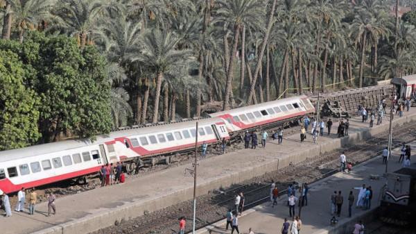 إصابة 13 شخصاً إثر انحراف قطار عن سكته في مصر