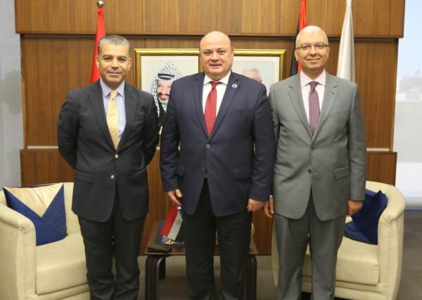 محافظ سلطة النقد يكرم المستشار خالد سامي بمناسبة انتهاء مهام عمله في فلسطين
