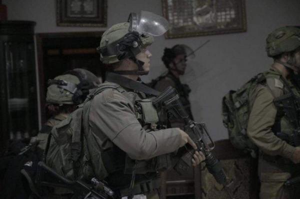 الاحتلال يعتقل مواطناً من الخليل وسط تفتيش للمنازل وترويع ساكنيها