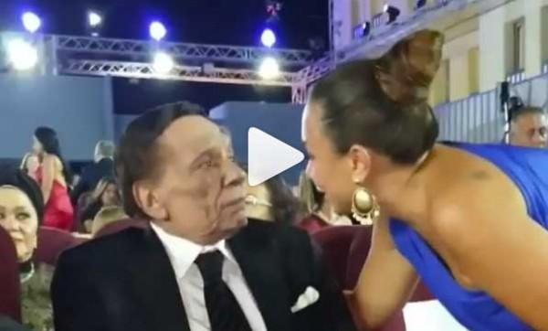 """فيديو: جدل واسع بسبب قبلة """"عادل إمام"""" لـ """"إنجي علي"""""""