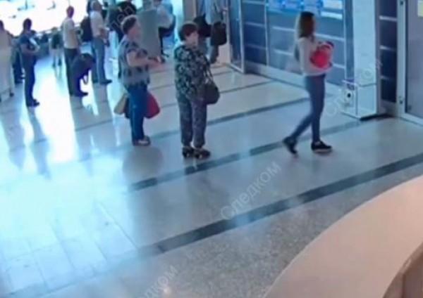 """فيديو: الكاميرات تضبط روسية تبيع رضيعتها مقابل """"46""""دولار فقط"""