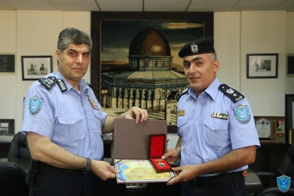 اللواء حازم عطا الله يمنح المقدم علي أبو صبحه جائزة الشرطة للتميز