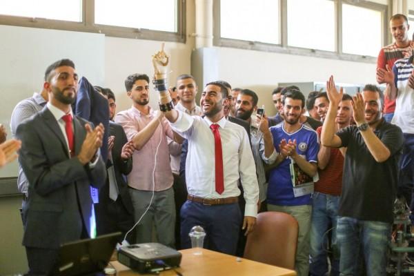 """مشروع """"اليد الصناعية"""" لطلبة من جامعة بيزيت يفوز بذهبية دولية للذكاء الصناعي"""