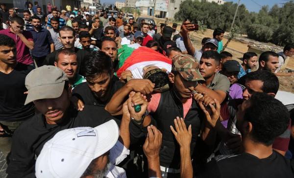 الجماهير الفلسطينية تشيع جثمان الشهيد عماد شتيوي شرق مدينة غزة