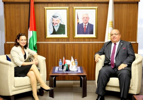 نائب محافظ سلطة النقد يطلع نائب السفير المصري لدى فلسطين على التطورات