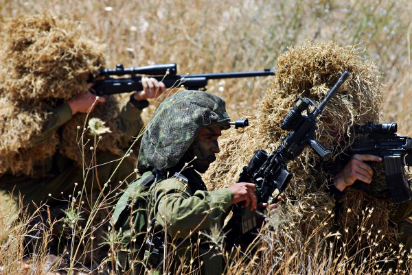 جنود الاحتلال يفجرون جسماً مجهولاً شرقي جباليا شمال القطاع