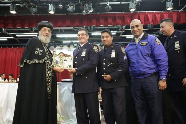 البابا يفتتح مركز خدمات للمواطنين بنيويورك ويكرم أفراد الشرطة