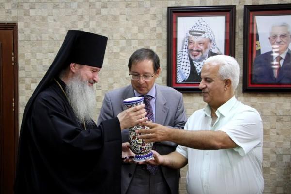 محافظ الخليل يستقبل السفير الروسي ورئيس البعثة الكنسية الروسية