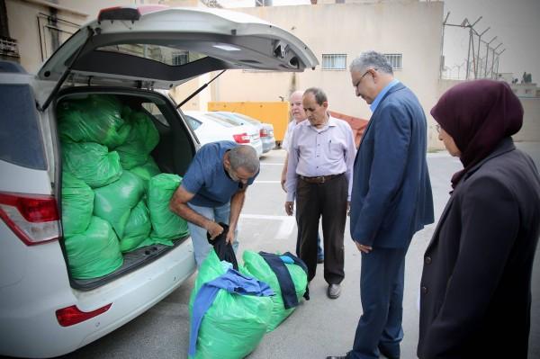 المحافظ أبو بكر يسلم ملابس للجنة زكاة طولكرم المركزية