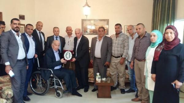 المحافظ حميد يزور اللواء صلاح التعمري ويكرمه