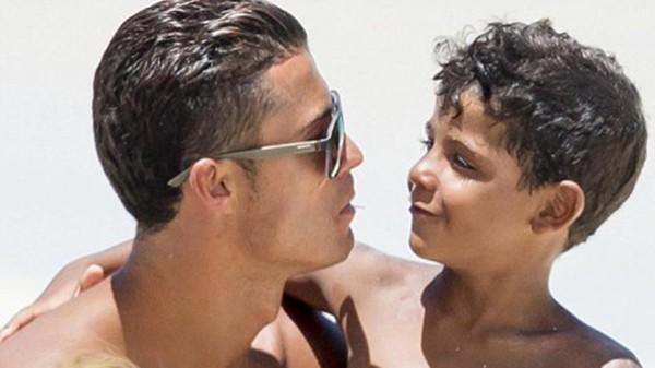 شاهد: مهارات ابن كريستيانو رونالدو تضعه بمقارنة مع والده
