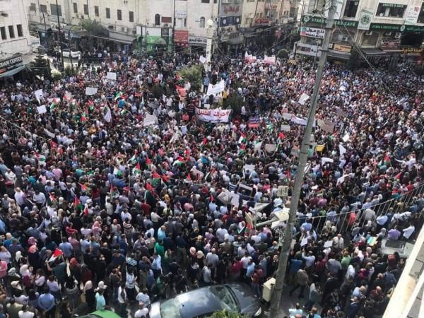 مظاهرة في رام الله تُطالب بتعديل قانون الضمان الاجتماعي.. ومطالبات بإقالة أبو شهلا