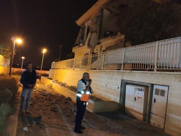 شاهد: فجراً.. إطلاق صاروخ من غزة أصاب منزلاً في بئر السبع
