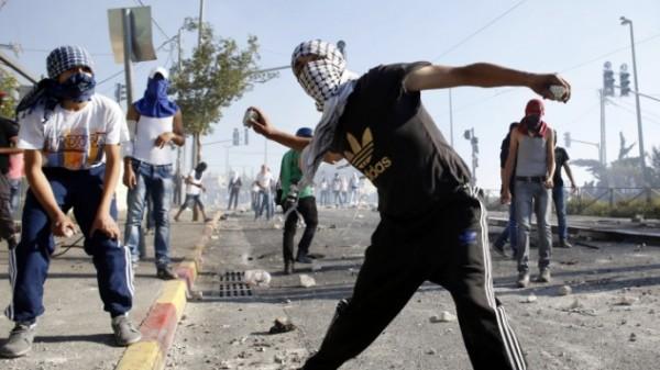 تَضرر مركبات إسرائيلية إثر إلقاء حجارة قرب (غوش عتصيون)